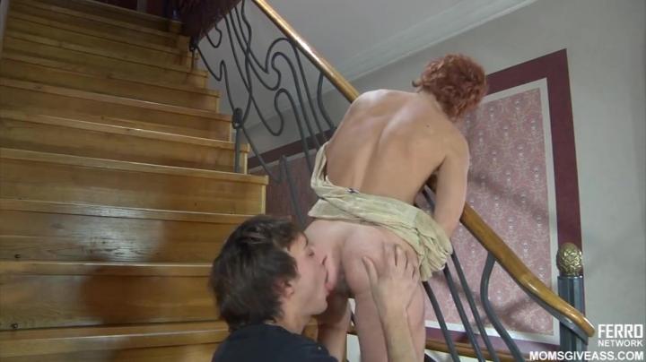 Молодой парень трахает зрелую маму прямо на лестнице