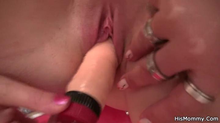 Блондинка устроила секс зрелой девушке на кухне