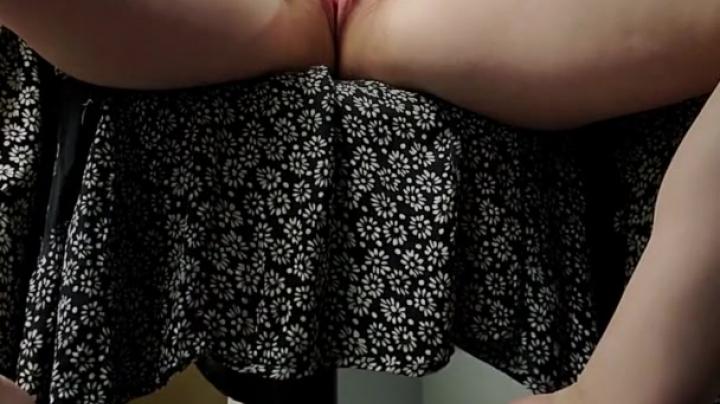 Женщина дрочит пизду, устав от капризов слабого мужа