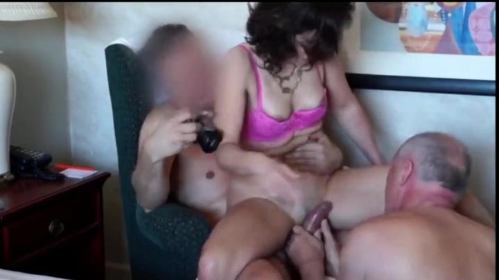 Молодой человек трахает зрелую брюнетку, пока ее муж лижет сучке пизду