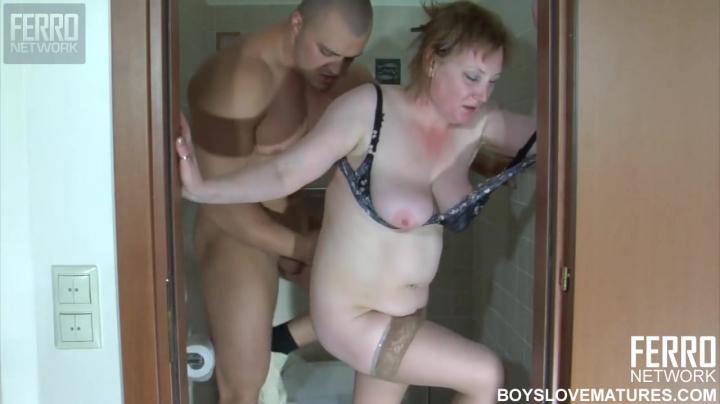 Зять трахает полную тещу в пилотку прямо в туалете
