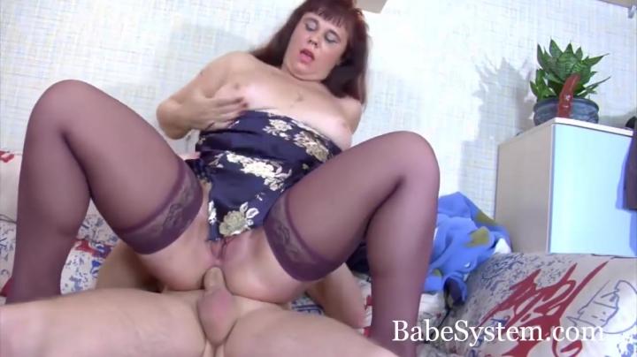 Молодой сын трахает зрелую мамку в жопу разбудив анальным сексом