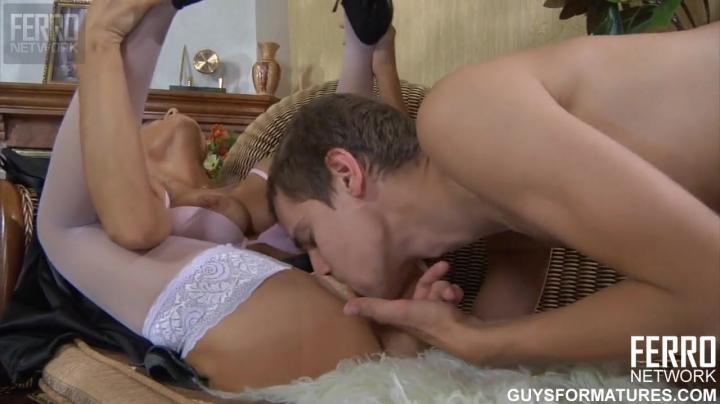 Красивая тетя трахается с племянником в киску