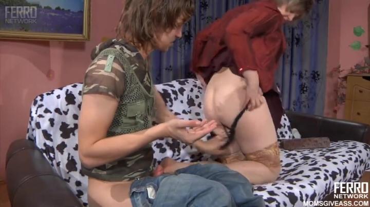 Озабоченная мамка трахается в жопу с молодым парнем