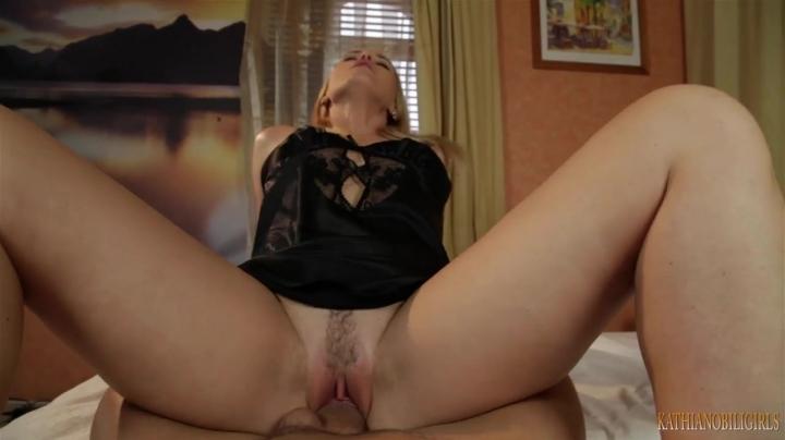 Зрелая блондинка соблазнила мужчину на секс в позе наездницы