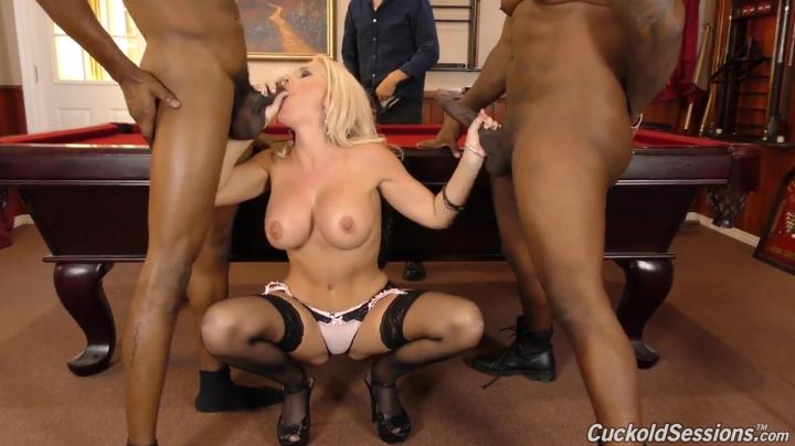 Два негра трахают зрелую блондинку на глазах её мужа