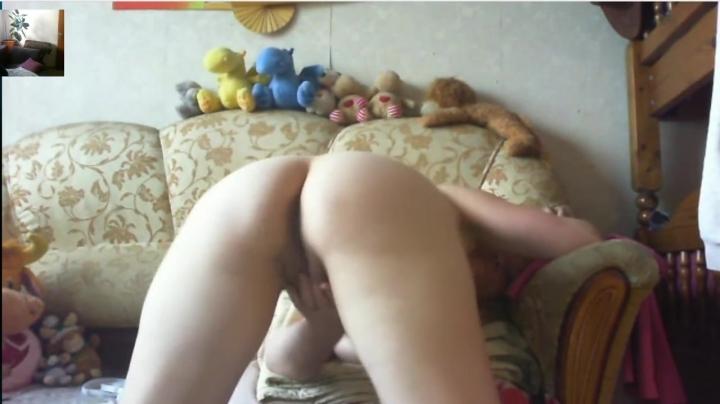 Женщина на камеру показывает как ласкать клитор