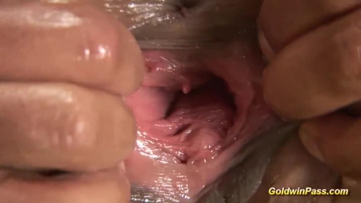 Порно блондинки: фистинг вместе с мужчиной в киску