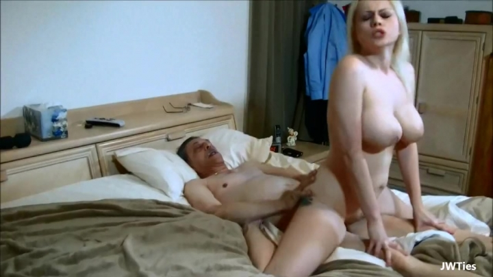 Мужик устроил секс со зрелой телкой с красивыми сиськами